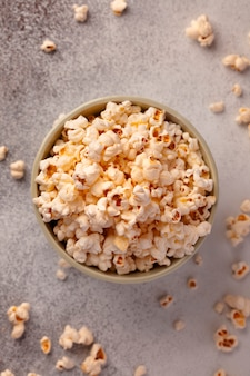 Popcorn in de kom. maïs om films te kijken.