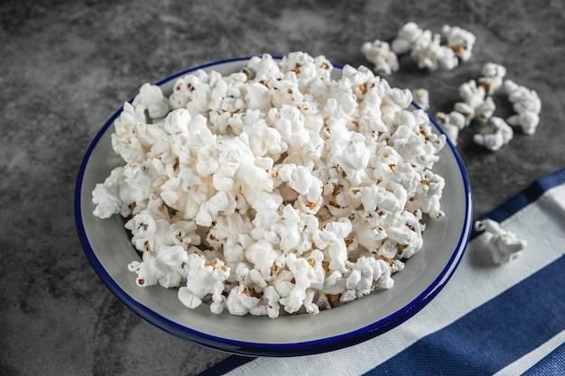 Popcorn in een bord op de tafel
