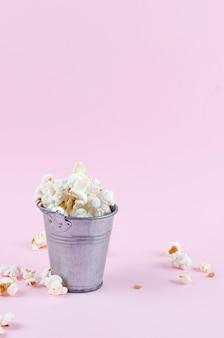 Popcorn in een emmer op pinkon