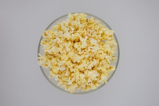 Popcorn in een glazen plaat bovenaanzicht