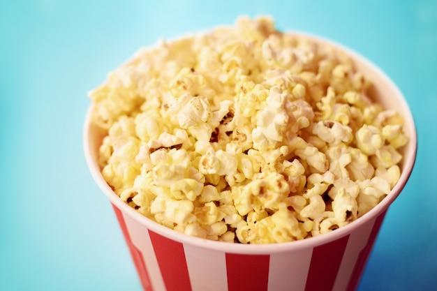 Popcorn in grote papieren emmer.