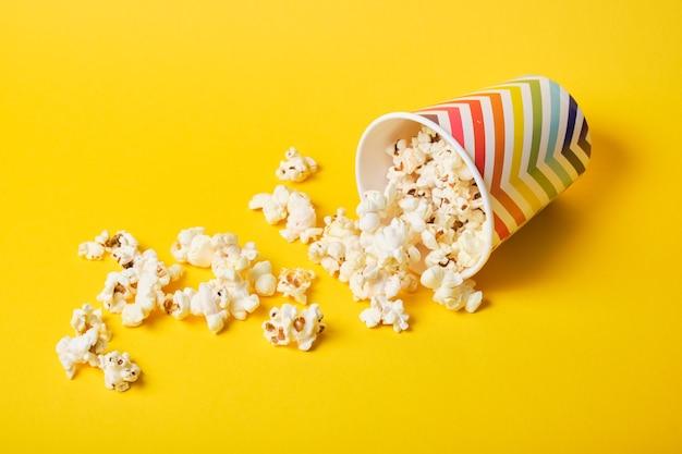 Popcorn in heldere vakantiedocument kop op gele achtergrond