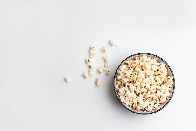 Popcorn in kom op witte achtergrond