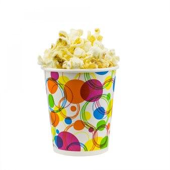 Popcorn in multi-gekleurde feestelijke glas op een witte ondergrond