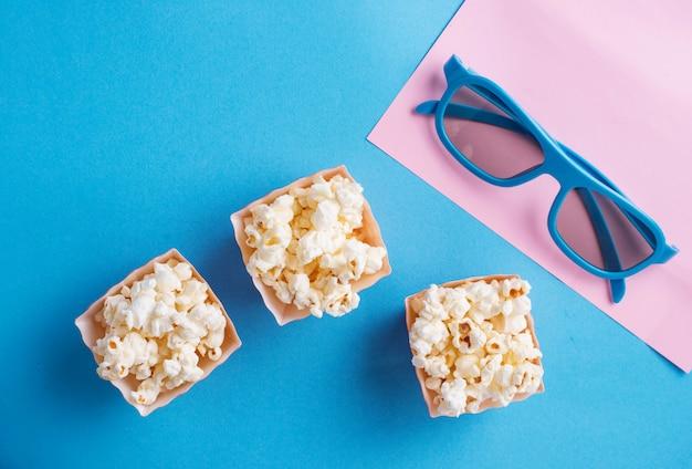 Popcorn met 3d glazen op blauw