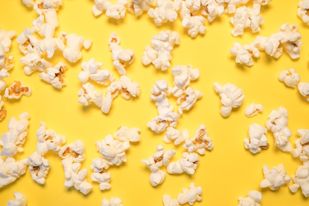 Popcorn met een gele achtergrond