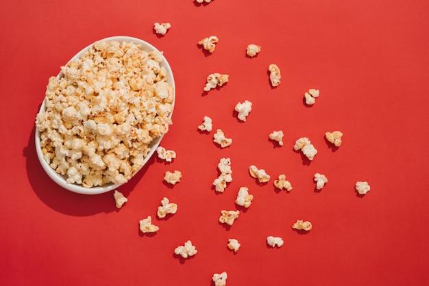 Popcorn met karamel in een kom van wit porselein