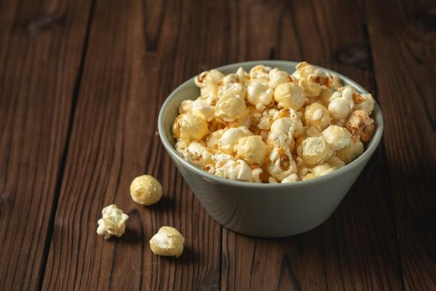 Popcorn op de houten tafel.