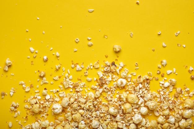 Popcorn op een gele achtergrond kopie ruimte bovenaanzicht