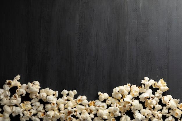 Popcorn op een zwarte achtergrond met ruimte voor tekst