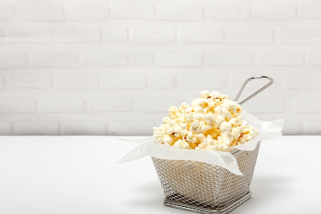 Popcorn op gekleurde achtergronden