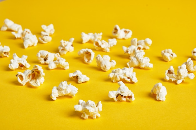 Popcorn op gele achtergrond. popcorn patroon