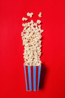 Popcorn op kleurenachtergrond