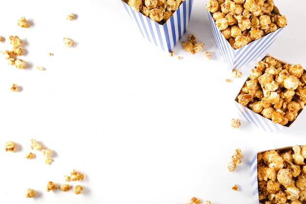 Popcorn op wit wordt geïsoleerd dat