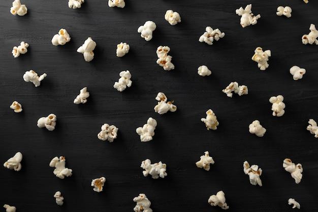 Popcorn opgesteld in patroon op een zwarte achtergrond
