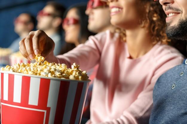 Popcorn voor altijd. close-up bijgesneden opname van een gelukkig lachende vrouw popcorn grijpen van haar vriend