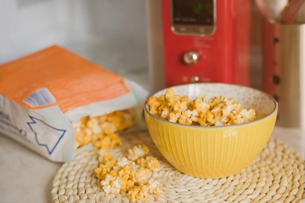 Popcorn wordt uit de magnetron in de keuken gehaald.