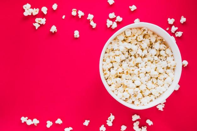 Popcorndoos op rode achtergrond