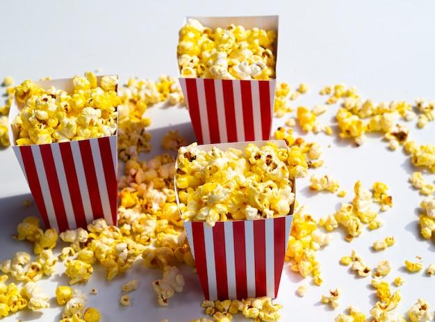 Popcorndozen op grijze achtergrond