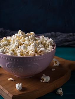 Popcornkom op een houten bord