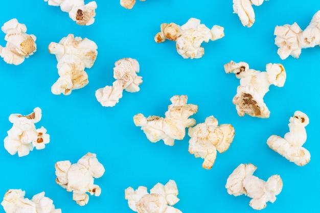 Popcornpatroon op blauwe achtergrond.