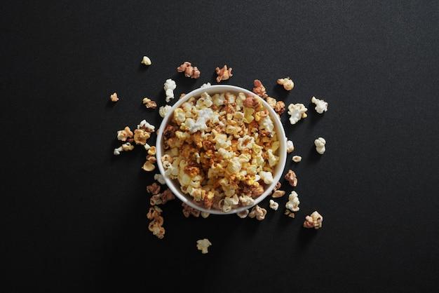 Popcorns in een emmer voor een filmsessie