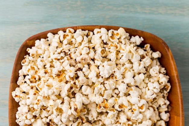 Popcorns in het houten dienblad