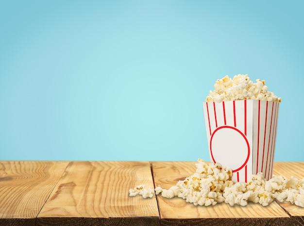 Popcornvoedsel in doos op achtergrond
