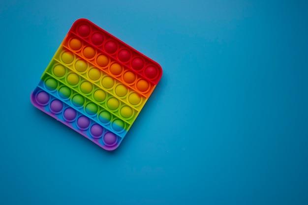 Popit antistress speelgoed voor kinderanimatie op een blauwe achtergrond