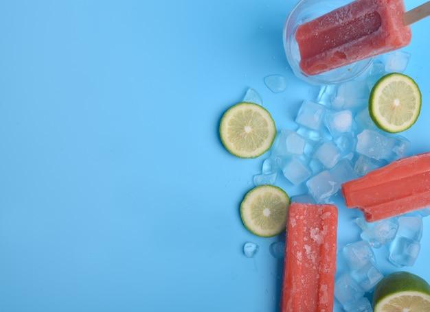 Popsicle en citroen op een blauwe achtergrond