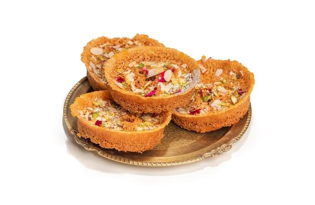 Populair en traditioneel indiaas rajasthani zoet dessert genaamd ghevar of ghewar