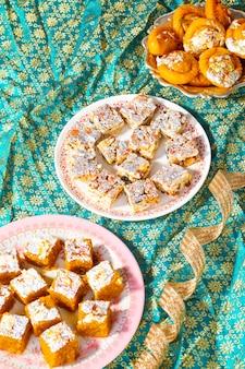 Populair indisch zoet voedsel suikervrij droog fruit met mung dal chakki of chandrakala