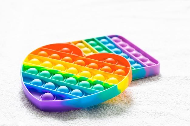Populaire speelgoed antistress pop het op wit tapijt
