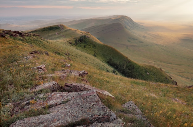 Populaire toeristenbestemming in rusland, khakassia. mooi landschap met heuvels bij zonsondergang