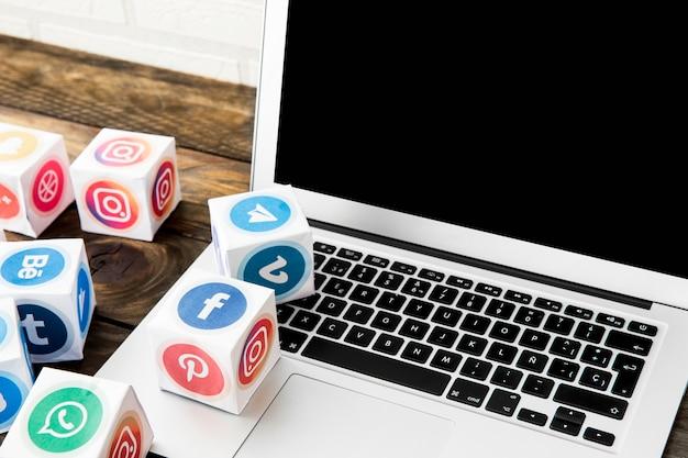 Populairste mobiele toepassingspictogrammen met laptop in bureau