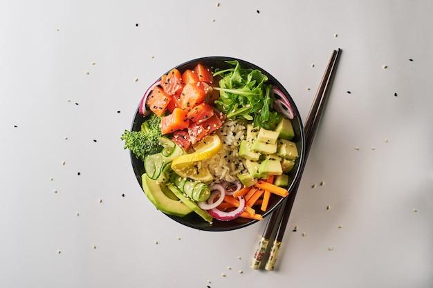 Porkom met zalm, avocado, geïsoleerd over witte achtergrond. bovenaanzicht