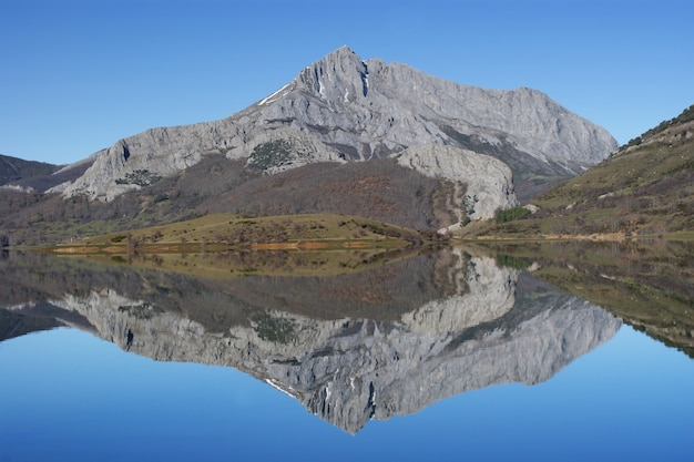 Porma reservoir in mirror, leon, spanje
