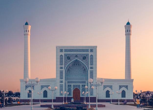Portaal van de moskee in tasjkent bij zonsondergang