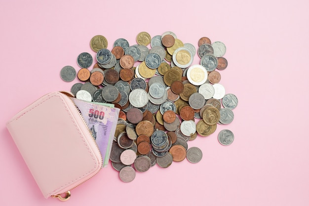 Portefeuille met thais muntbankbiljet en geldmuntstukken voor zaken, financiën, investering en besparingsgeldconcept