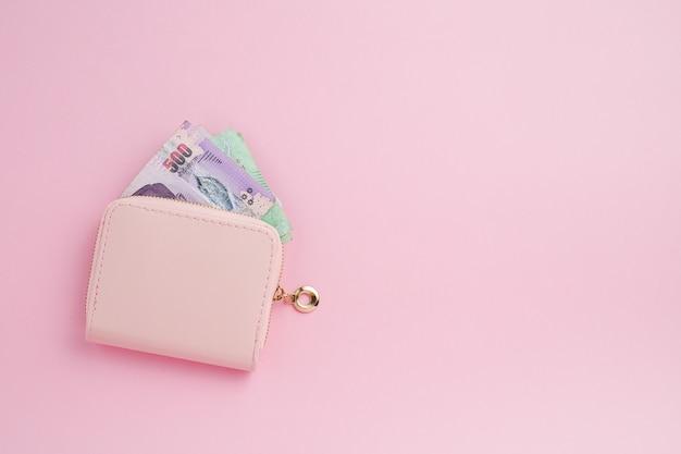 Portefeuille met thais muntbankbiljet voor zaken, financiën, investering en besparingsgeldconcept