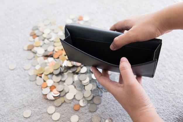Portefeuille zonder geld en muntachtergrond