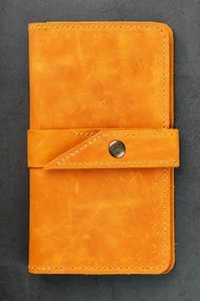 Portemonnee gemaakt van echt bruin nubuckleer op donker