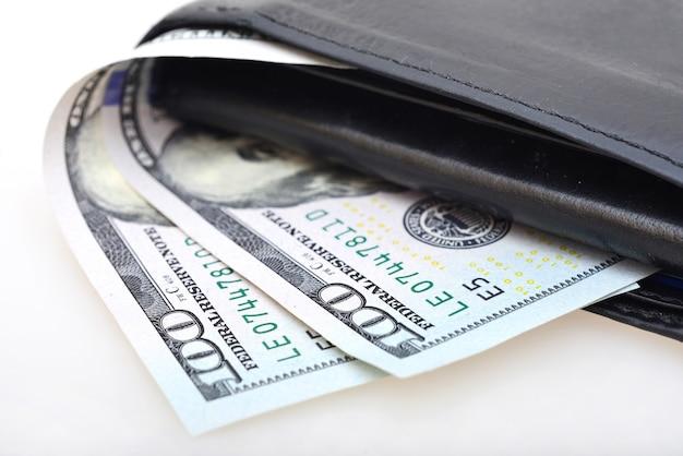Portemonnee met amerikaanse dollars geïsoleerd op whitebackground