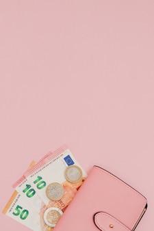 Portemonnee met euro valuta op een levendige blauw