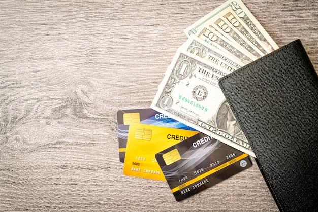 Portemonnee met geld en creditcard - economie en financiënconcept