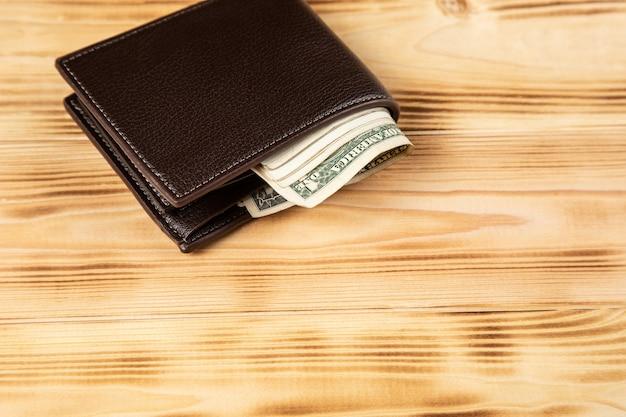 Portemonnee met geld op houten oppervlak