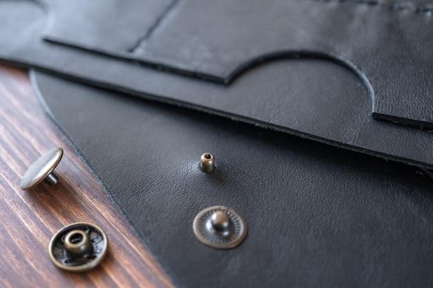 Portemonnee naaien, tas, tassen gemaakt van echt leer. gereedschap om producten van echt leer te maken.