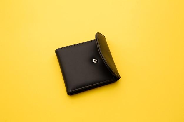 Portemonnee op een gele achtergrond.