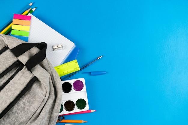 Portfolio-inhoud op een blauwe ruimte.