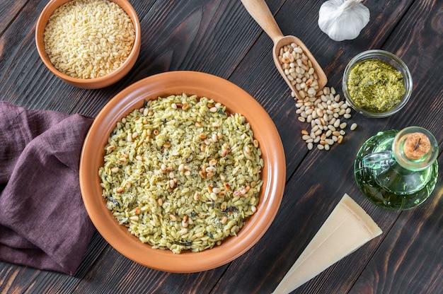 Portie orzo pastasalade met ingrediënten